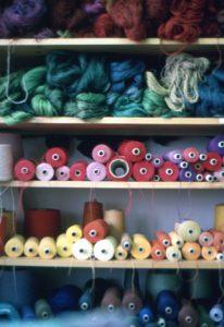 bunte Wolle im Regal sortiert